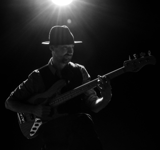 Ewan-Gibson-Sadowsky-Bass4-MV4-photo-bw-kelly-muir-2017